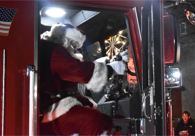 Santa_Gets_a_Lift_from_SFD